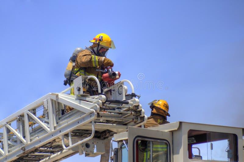 消防员装备长梯的消防车 免版税库存照片