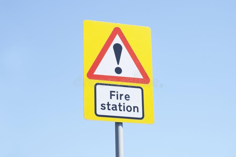 消防局标志蓝色背景天空黄色红色白方向紧急情况服务旅团军人英国 库存照片