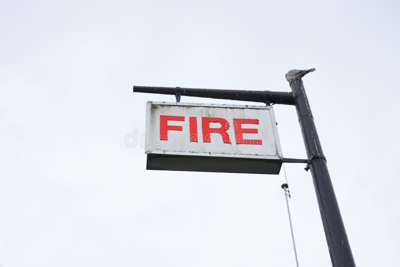 消防局签到天空空白的岗位唯一被隔绝的红色白色 库存照片