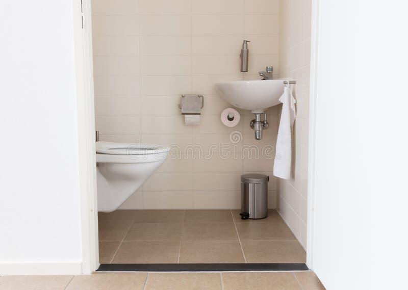 消防栓和水槽在一间小洗手间 免版税图库摄影