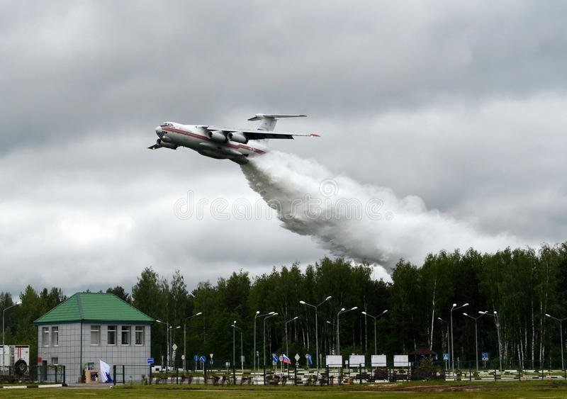 消防航空器IL-76TD下落浇灌在俄罗斯的Noginsk抢救中心EMERCOM的范围在国际Salo 库存图片