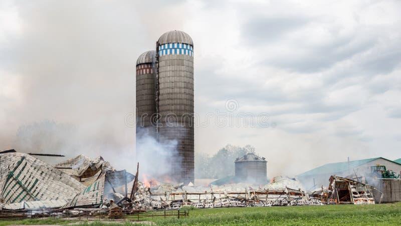 消防队员争斗筒仓和谷仓火 库存图片