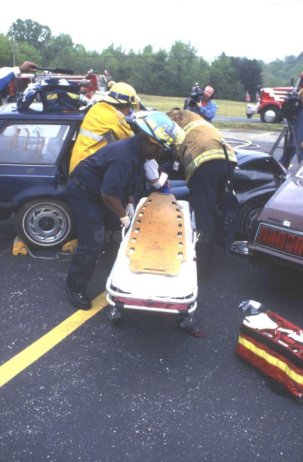 消防队员从汽车去除一个受伤的人 免版税图库摄影