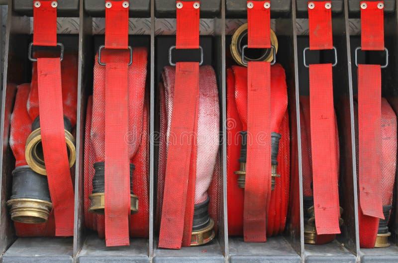 消防队员六个红色水管按顺序在消防车里面的 库存照片