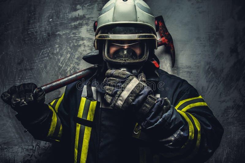 消防队员制服的抢救人 库存照片