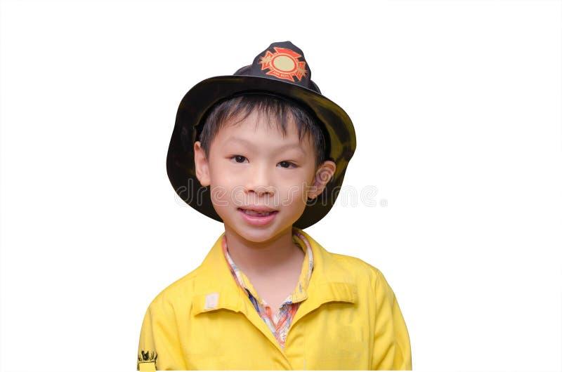消防队员制服的男孩 免版税库存图片