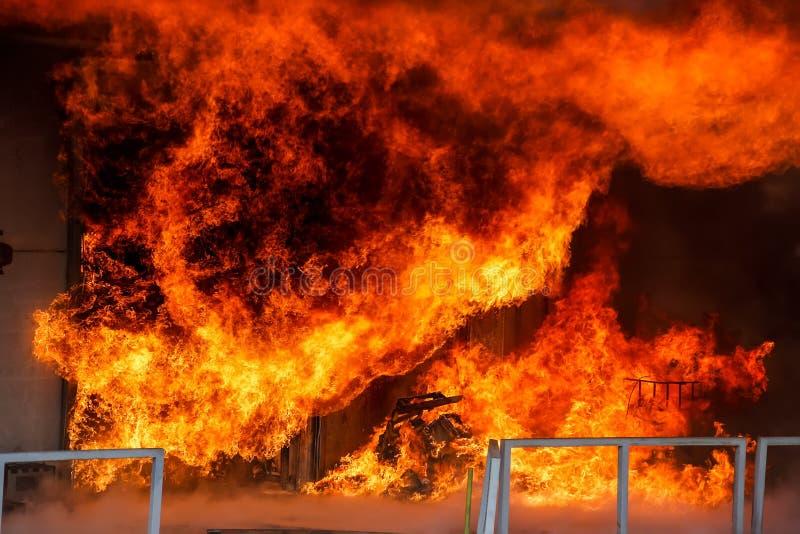 消防队员努力熄灭发生在a的火 免版税库存照片
