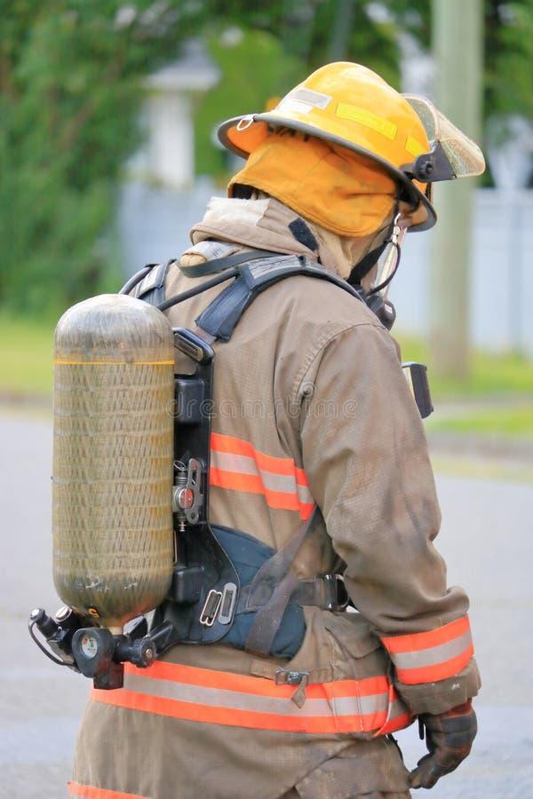 消防队员和安全氧气面罩和坦克 免版税库存图片