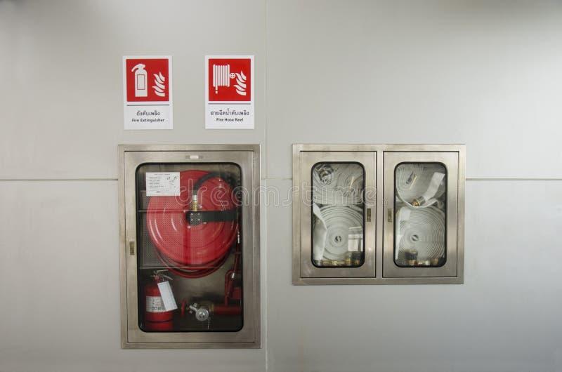 消防队员和小心实验室的紧急火设备驻地 库存照片