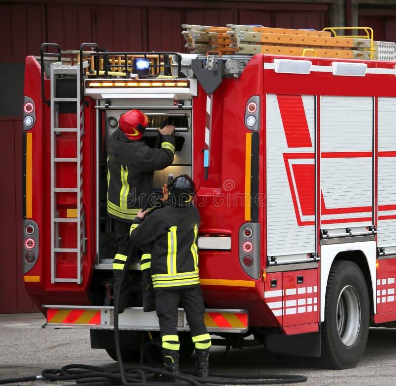 消防队员和罐车在防火时行使 库存照片