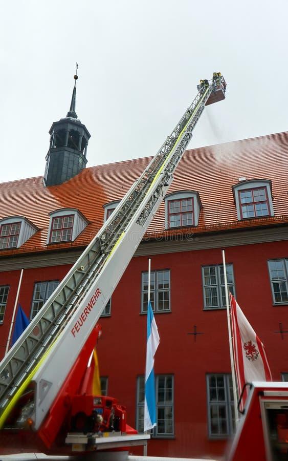 消防队员实践的抢救 库存照片