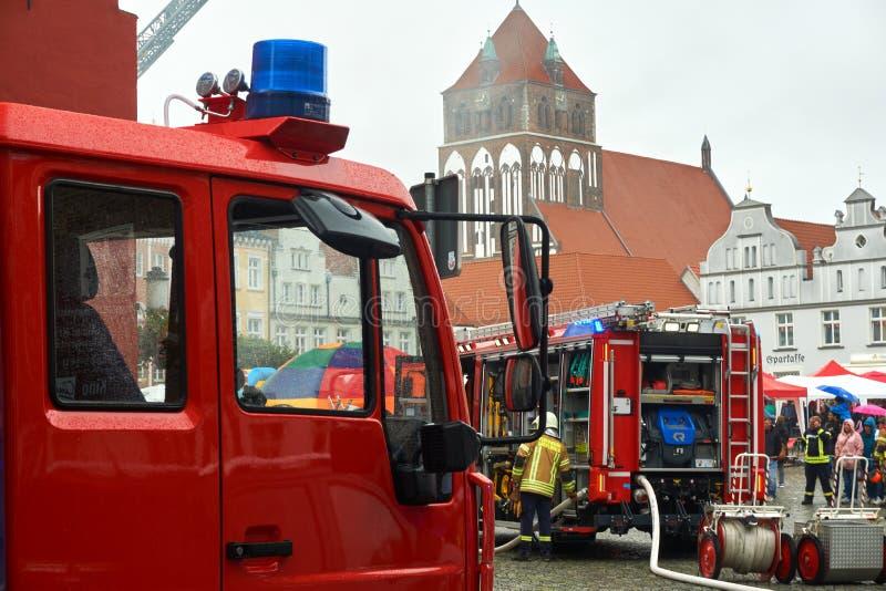 消防队员实践的抢救 图库摄影
