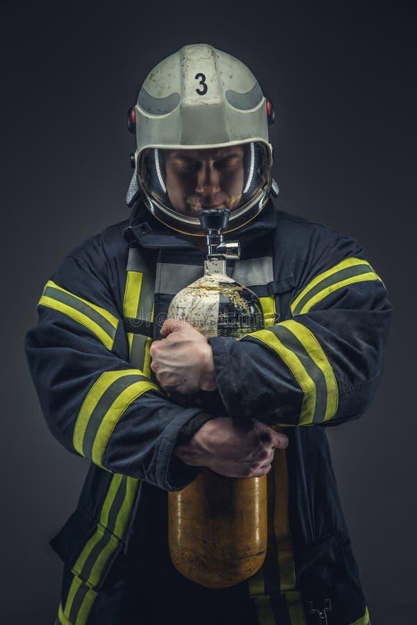 消防队员抢救拿着黄色氧气罐 库存照片