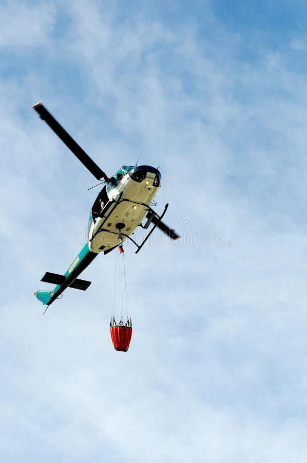 消防队员离地升空 库存照片
