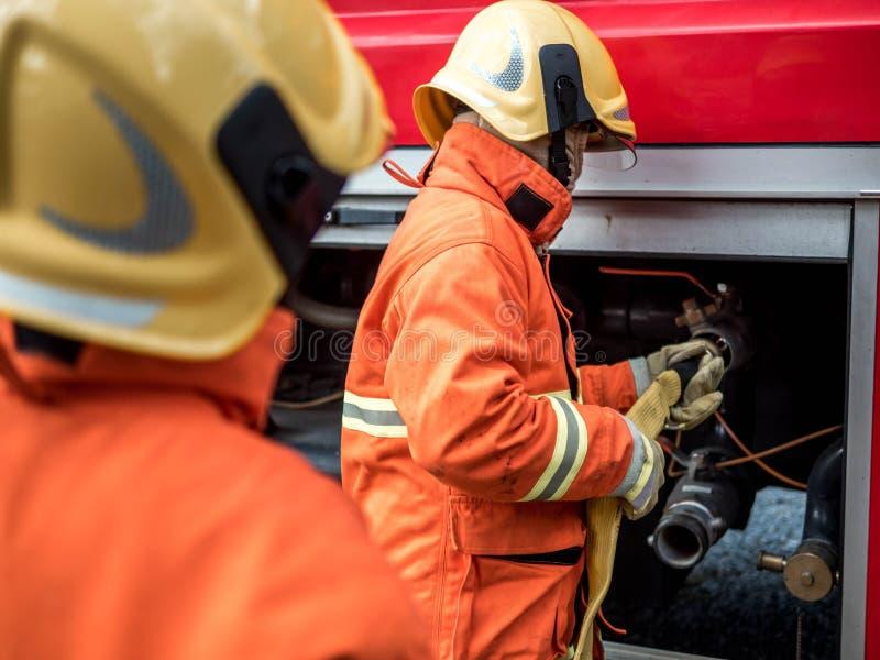 消防队员藏品水管 免版税库存照片
