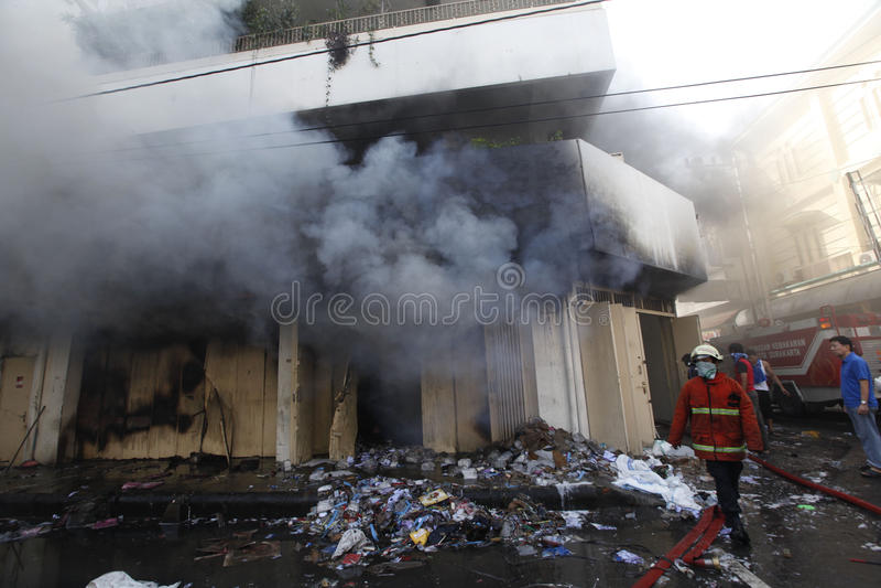 Download 消防队员 图库摄影片. 图片 包括有 的treadled, 独奏, java, 消防队员, 熄灭, 印度尼西亚 - 62538272