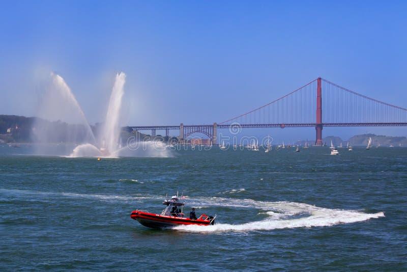 消防队小船和金门大桥 免版税库存图片