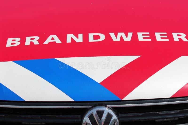 消防队的官员汽车前面在荷兰叫在红色汽车的Brandweer有蓝色和白色脱模的 免版税库存图片