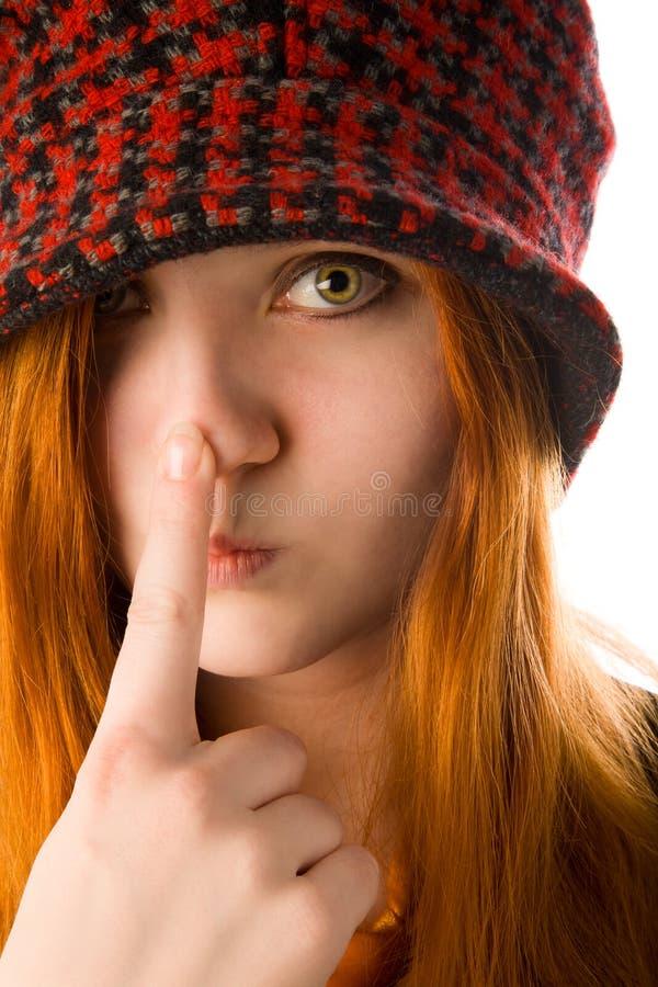涉及她的鼻子的红发女孩 库存照片