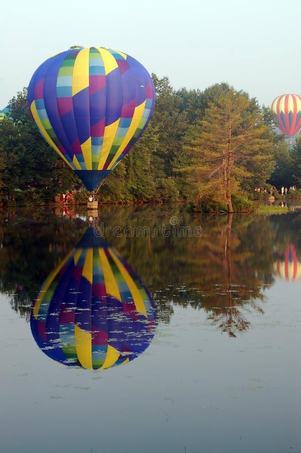 涉及水的热空气气球 库存照片
