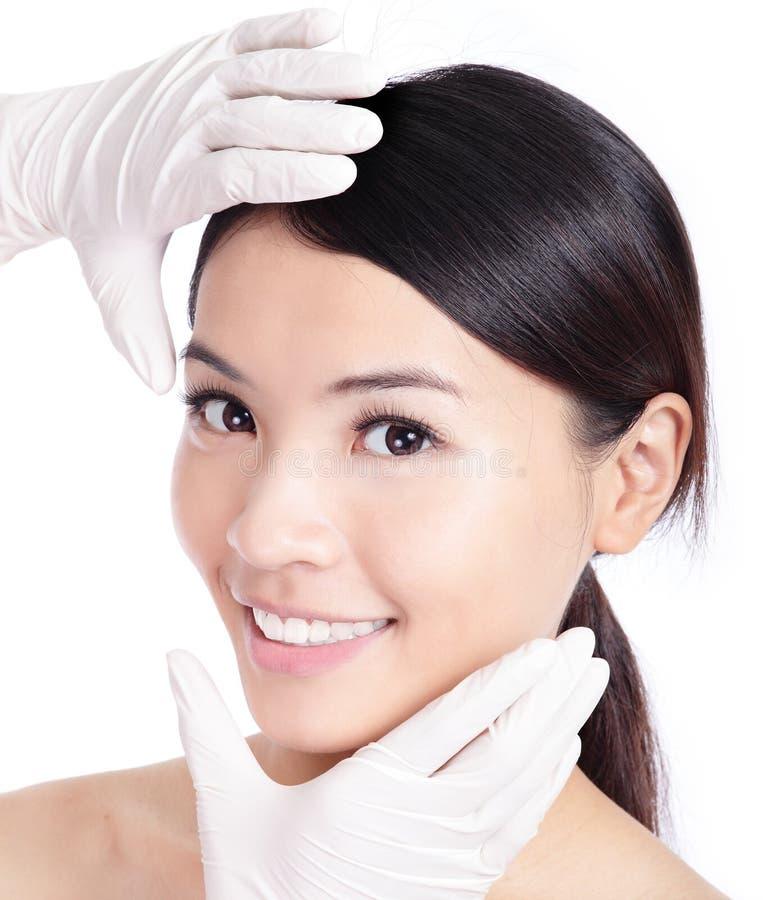 涉及美丽的妇女表面的整容手术 图库摄影