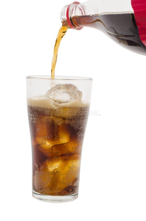 涌入与冰的玻璃的软饮料在背景 免版税库存照片