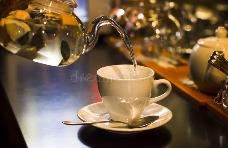 涌入在酒吧的杯子的清凉茶在咖啡馆 库存照片