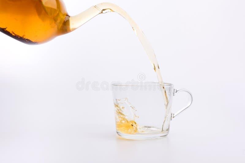 涌入玻璃杯子的绿茶隔绝在白色 库存图片