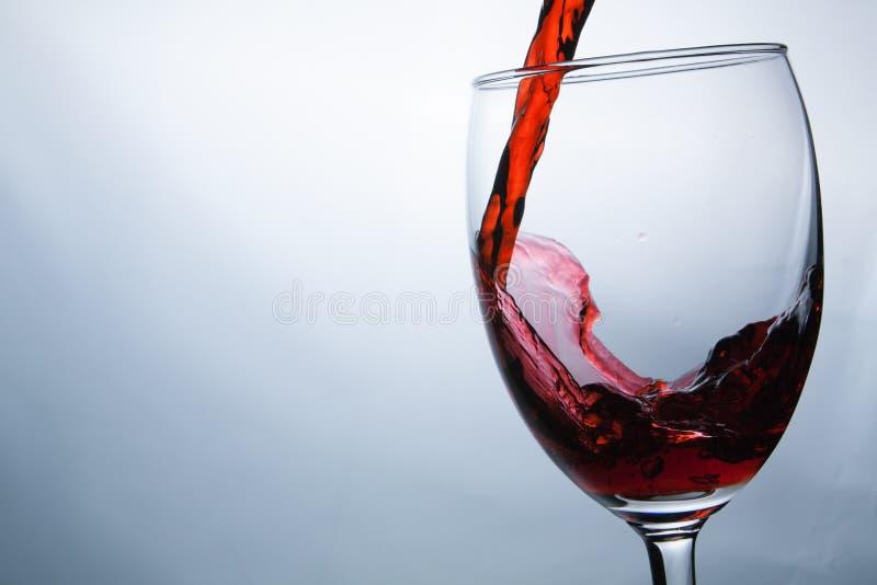涌入玻璃特写镜头酒飞溅的酒 免版税库存图片