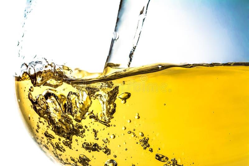 涌入玻璃特写镜头,酒,飞溅,飞溅,泡影,嘶嘶响的酒小河  明亮的看法照片 免版税库存图片