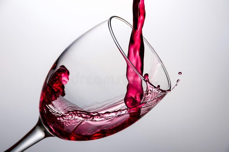 涌入玻璃特写镜头的酒 库存图片