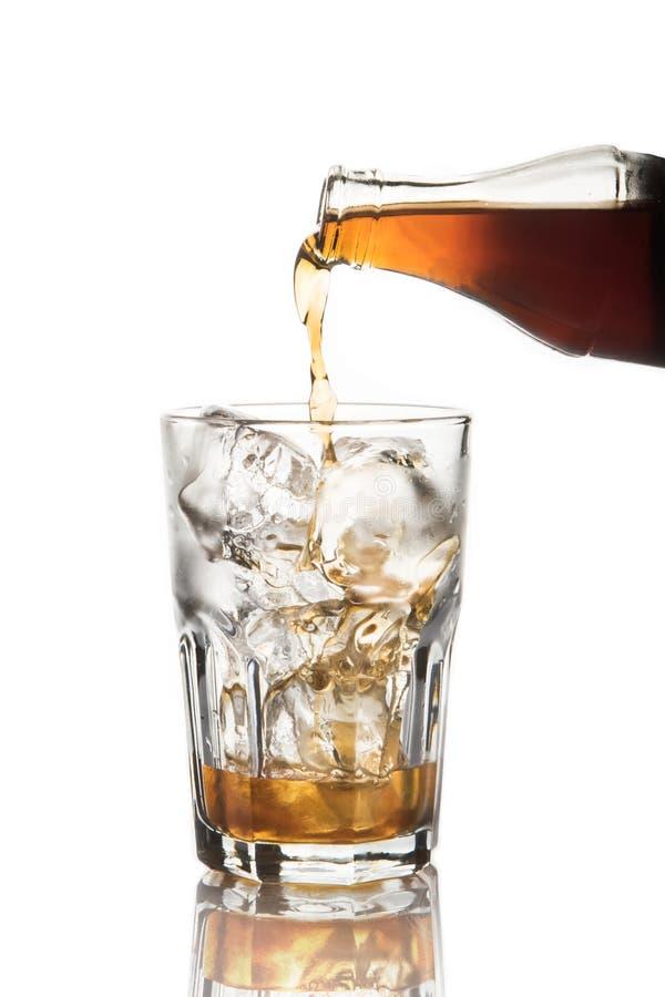涌入玻璃的软饮料 免版税图库摄影
