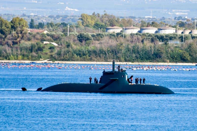 涌现对表面的潜水艇的惊人的射击 免版税库存照片