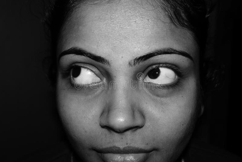 涌现从黑暗的背景的一张女孩的面孔 免版税库存图片