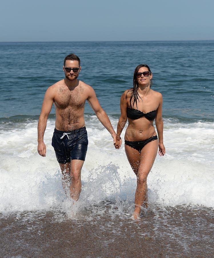 涌现从游泳的夫妇 免版税库存照片