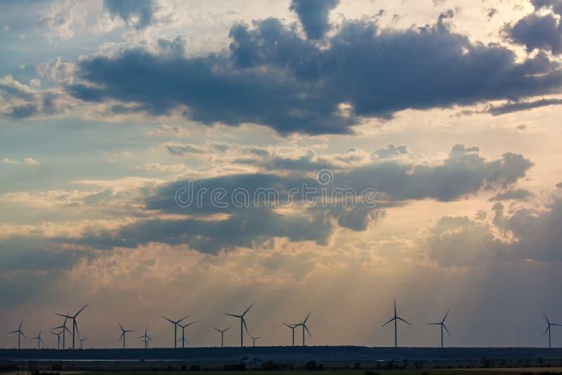 涡轮剧烈的平衡的Â背景的风力场覆盖 免版税库存照片