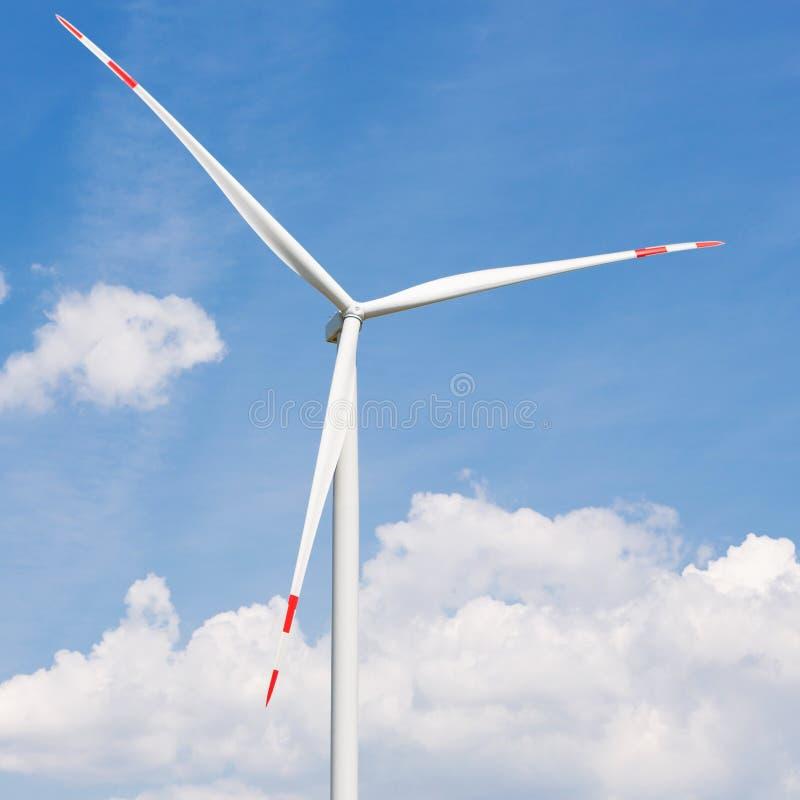涡轮发电机关闭反对与云彩,在涡轮的大刀片的天空蔚蓝 免版税库存照片