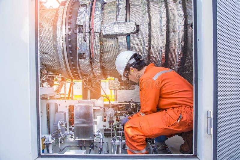 涡轮技术员检查和检查电力发电器汽轮机引擎再确认的在起动前 免版税库存照片