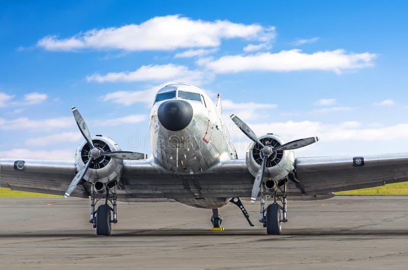 涡轮螺旋桨发动机葡萄酒飞机停放了在机场、发光的金属机体航空器反对云彩背景和蓝天 库存图片
