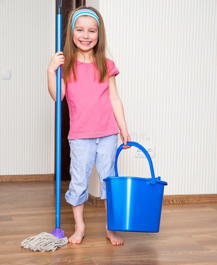 洗涤地板的小女孩 库存照片