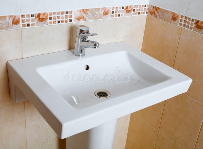 洗涤水槽在卫生间里 图库摄影