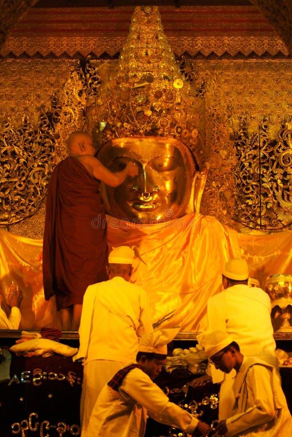 洗涤Mahamyatmuni菩萨的每日面孔仪式 免版税库存图片