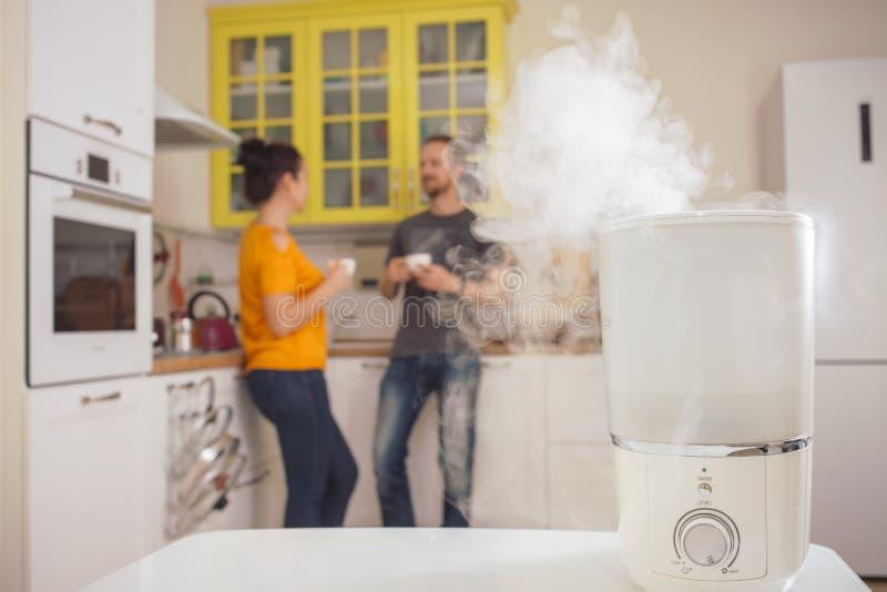 润湿器在厨房里 免版税库存照片