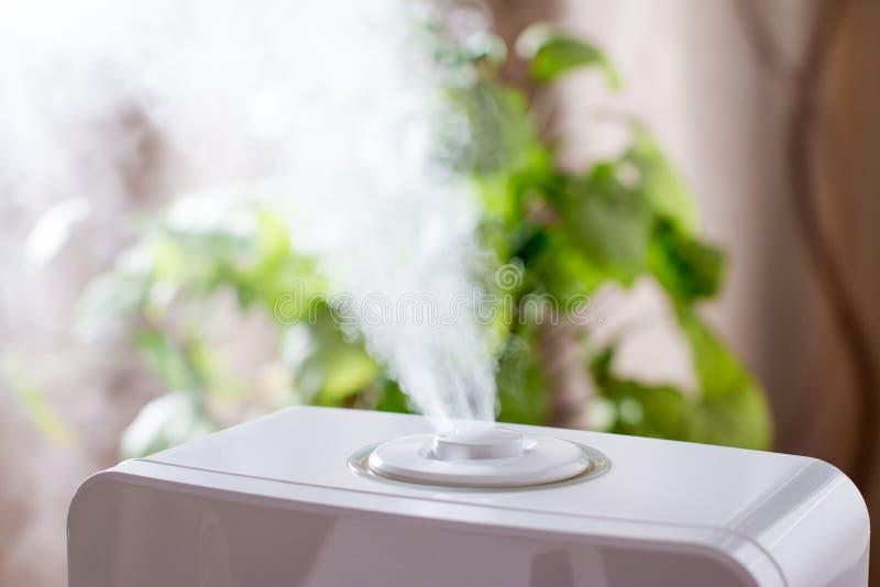 润湿器在房子里 电子 免版税库存照片