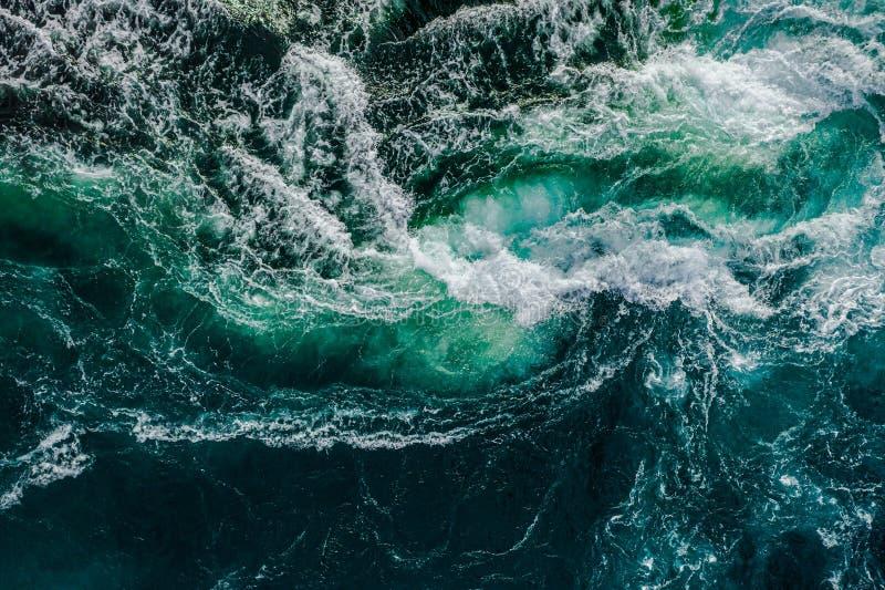 涨潮低潮时,江海水波相遇 免版税图库摄影