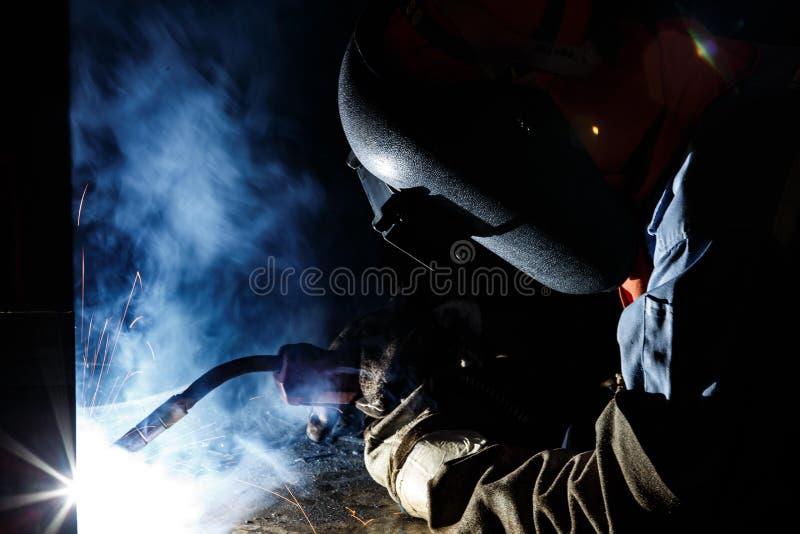 涨潮被挖出果核的导线电弧焊接过程 免版税库存图片