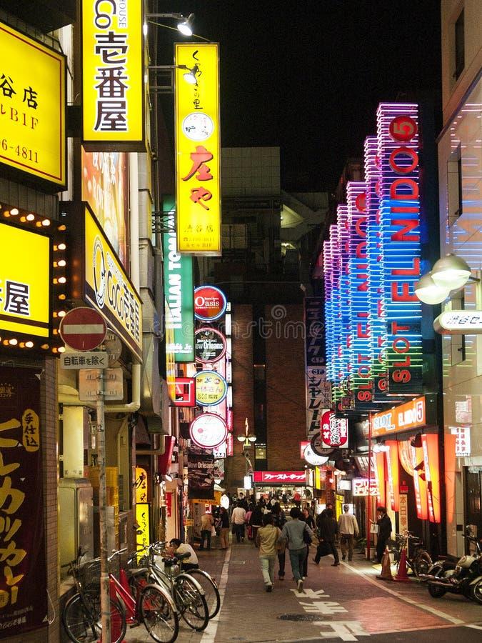 涩谷街道在晚上在东京 免版税库存图片