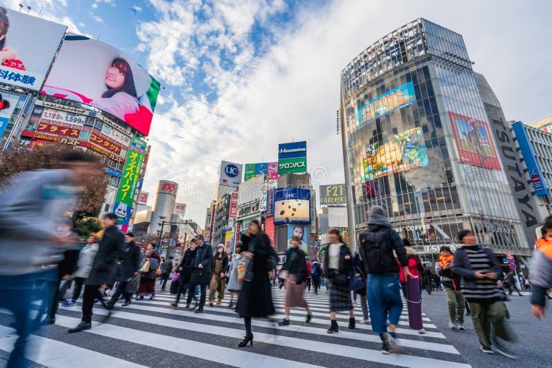 涩谷,东京,日本- 2018年12月26日:人群走在斑马行人穿越道的步行者人在涩谷区在东京,日本 免版税库存照片