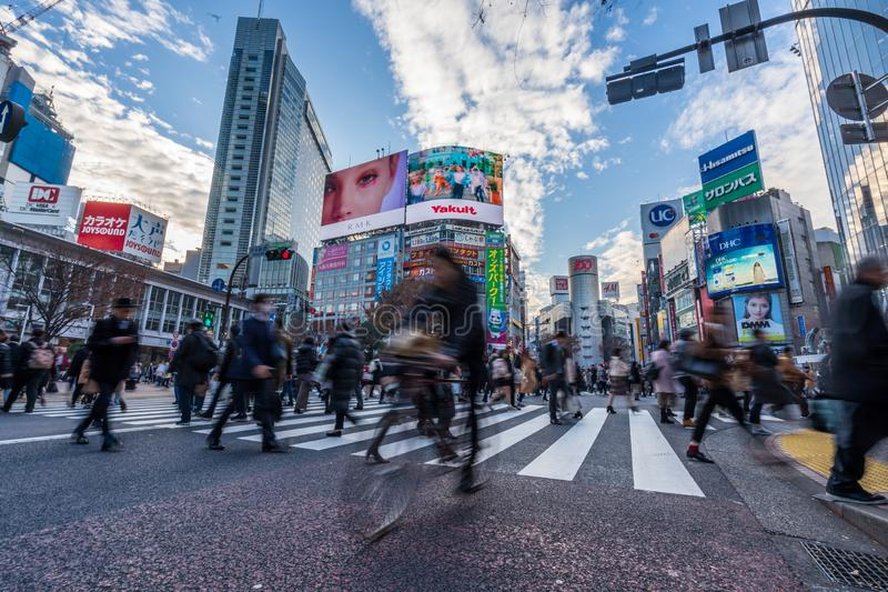 涩谷,东京,日本- 2018年12月26日:人群走在斑马行人穿越道的步行者人在涩谷区在东京,日本 免版税图库摄影