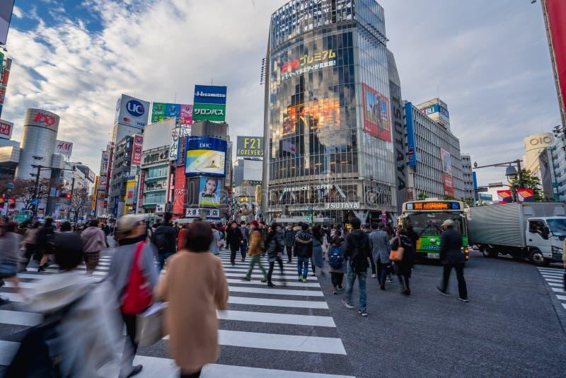 涩谷,东京,日本- 2018年12月26日:人群走在斑马行人穿越道的步行者人在涩谷区在东京,日本 库存照片